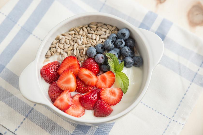 A legegyszerűbb és leglaktatóbb reggeli a görög joghurt, melyet ízesíthetsz friss gyümölcsökkel és olajos magvakkal az extra teltségérzetért. A diófélék nem tartalmaznak glutént, viszont rostokban és tápanyagokban gazdagok.