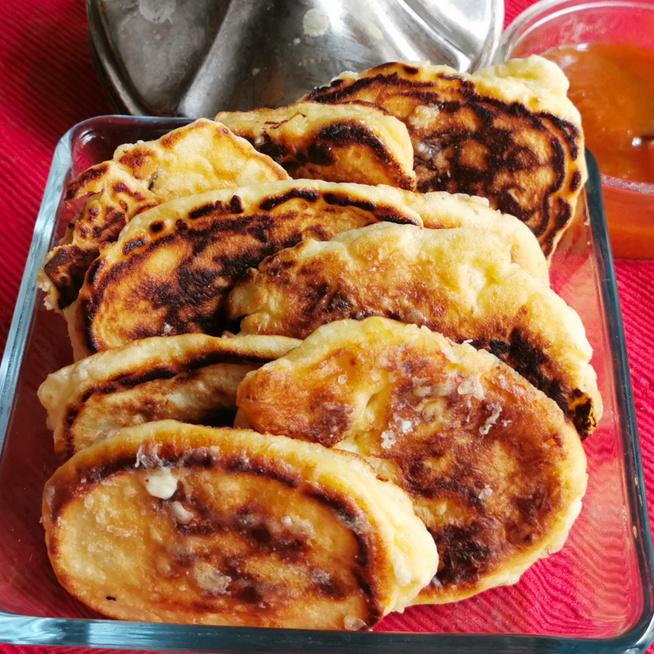 Olajban sült édes lepényke – Mazsola és túró dobja fel ezt a hanukai süteményt