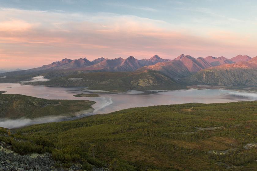 Szibéria gyöngyszeme a sziklákkal csipkézett tó: különleges nevet adtak neki az oroszok