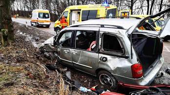 Segíteni akartak egy árokba borult autóson, beléjük csapódott egy másik kocsi a 25-ös főúton