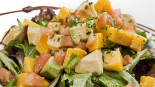 Mangós, sült húsos saláta forralt boros öntettel – igazi könnyű, téli vacsora