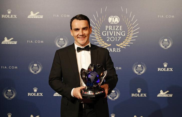 Michelisz a 2017-es WTCC-ezüstért járó trófeával