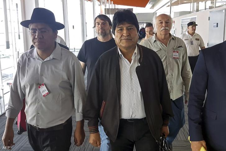 Evo Morales (középen), egykori bolíviai elnök és az egykori külügyminiszter, Diego Pary Rodriguez érkezik a repülőtérre Buenos Airesben 2019. december 12-én