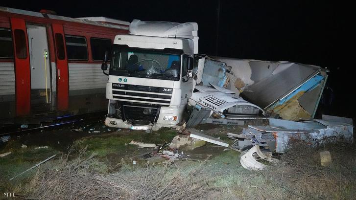 Ütközés következtében összeroncsolódott nyerges vontató és személyvonat a 45-ös főúton, Kunszentmárton térségében