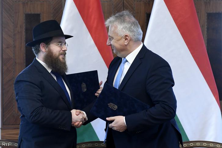 Semjén Zsolt nemzetpolitikáért felelős miniszterelnök-helyettes (jobbra) és Köves Slomó, az Egységes Magyarországi Izraelita Hitközség (EMIH) vezető rabbija kezet fog a kormány és az EMIH közötti átfogó megállapodás aláírása után Budapesten, a Karmelita kolostorban 2019. november 18-án