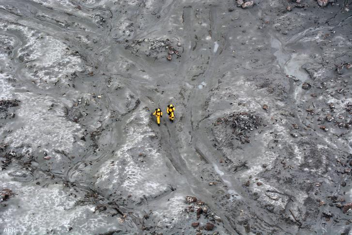 Vulkánkitörés után keresnek holttesteket az új-zélandi speciális elit katonák a Fehér-szigeten 2019. december 13-án