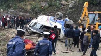 Zarándokokkal teli busz balesetezett Nepálban, 14 halott van