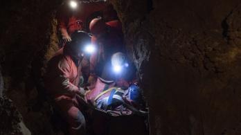 Öt óra alatt mentettek ki egy súlyosan sérült túrázót a Ferenc-hegyi-barlangból