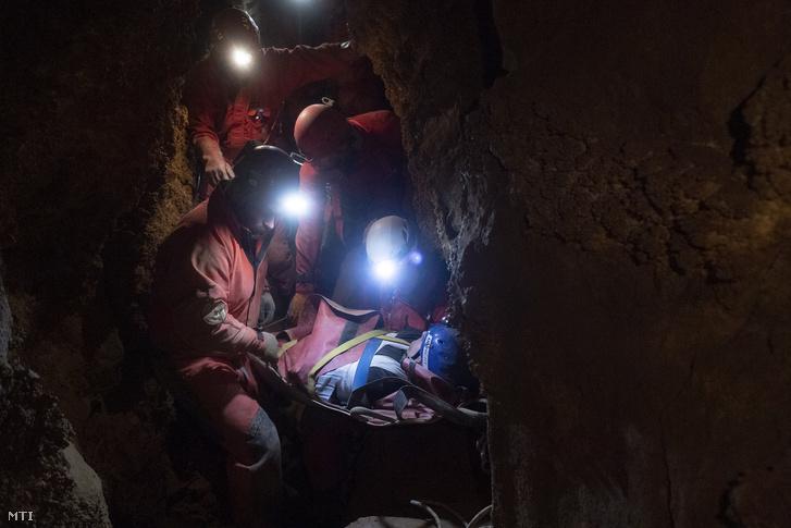 A Magyar Barlangi Mentőszolgálat (BMSZ) által közreadott képen egy súlyos balesetet szenvedett 35 éves férfit mentenek ki a mentőszolgálat szakemberei a Ferenc-hegyi-barlangból 2019. december 14-én este