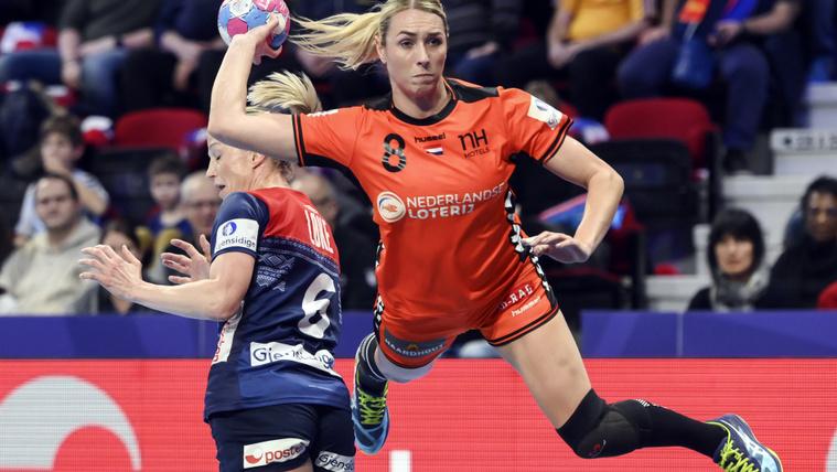 A holland Abbingh lő gólt a női kézilabda-világbajnokság döntőjében