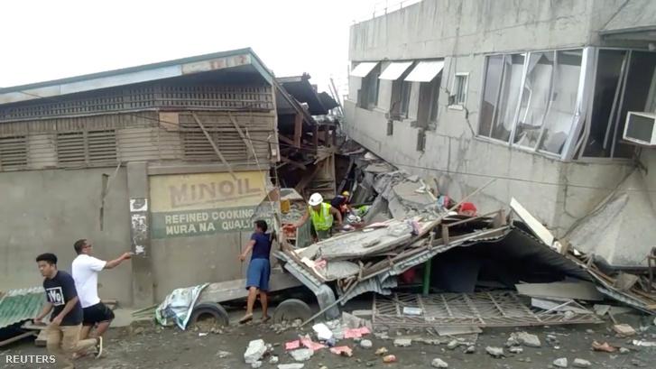 Mentőcsapat dolgozik a földrengés után 2019. december 15-én.