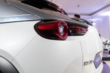 Hátul a szokásos Mazda-lámpa új inkarnációja
