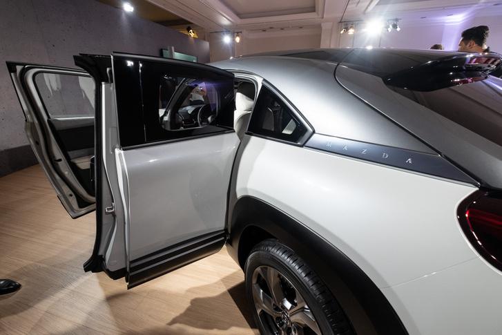 Mint szinte minden ilyen autónál, a hátsó ajtó kissé csökevényes