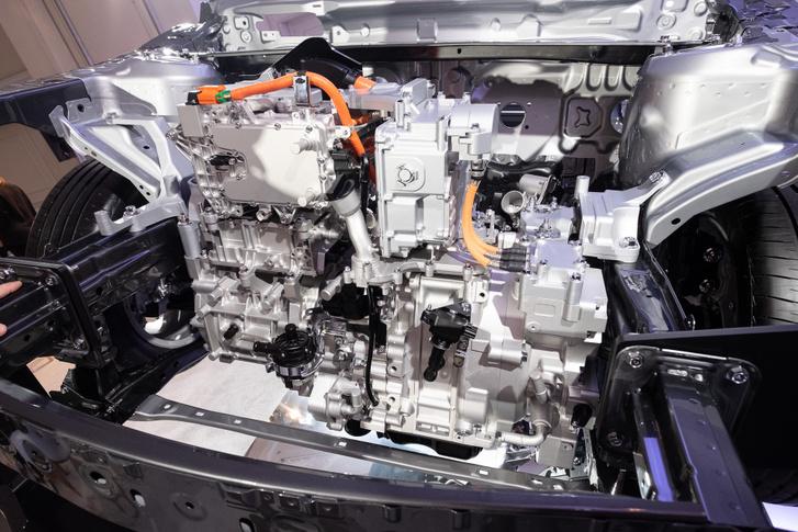 A képen bal oldalon, fent a vezérlődoboz, lent a villanymotor, jobb szélen a generátor, középtájt pedig a rá csatlakozó Wankel-motor