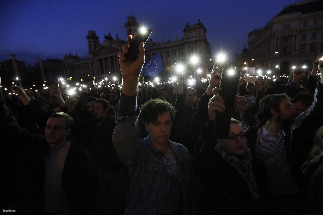A magyar kormány Soros György és az általa finanszírozott intézmények elleni politikájának kétségtelenül legnagyobb visszhangot kiváltó lépése a CEU, Magyarország legnívósabb egyetemének ellehetetlenítése volt. Hiába tüntettek ezrek az egyetem kiebrudálása ellen, hiába szólaltak fel az egyetem védelmében hazai és külföldi tudósok, értelmiségiek, a kormány hajthatatlan maradt, így az egyetem a székhelyét kénytelen volt átköltöztetni Bécsbe.