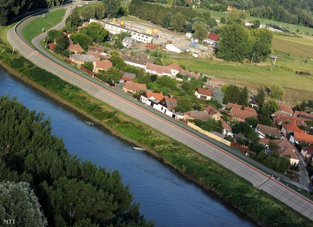 Megerősített gátrendszer és védvonal a Tisza partján, Csongrád határában.