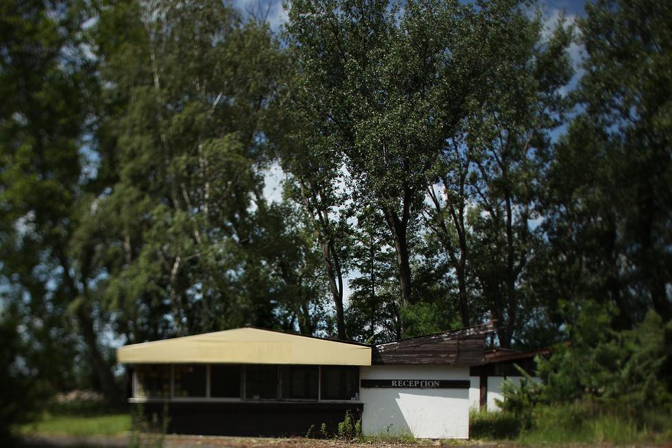 """Az SCD csoport pár éve még komoly terveket szőtt. Az ingatlanbefektető a Balaton Tourist felvásárlásával megszerezte a tó melletti kempingeket, amikre komoly beruházásokat tervezett. Badacsonyban például borfalut akart építeni. Azóta az SCD eladta tulajdonát, az új befektető pedig eddig nem nyilatkozott terveiről.                         A badacsonyi kemping így most üresen áll és csendben enyészik. A város önkormányzatának """"nincs nagy befolyása arra, hogy mi történik"""", de küzd azért, hogy a kemping egy részét visszaszerezze és strandként üzemeltesse. Egy kis területet már sikerült megszerezniük, itt most szabadstrand működik, tudtuk meg a vagyongazdálkodási osztályon."""