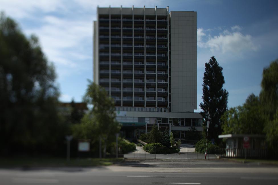 A Füred Hotel homlokzatán büszkén hirdeti a tábla, hogy az Új Széchenyi-terv 450 millió forintjából éppen folyik az épület revitalizációja, amit 2012. június 30-ig be is fejeznek. Annyit biztosan állíthatunk, hogy semmi sem akadályozza a dolgozni vágyókat. A sorompó, amin felirat tiltja a belépést a területre, felemelve áll, így bárki bemehet. Ennek ellenére egy lélekkel sem találkoztunk kedd délelőtt. Mivel négy nappal a határidő előtt jártunk ott, biztosan nem állíthatjuk, hogy nem készül el a projekt határidőre. De a látottak alapján mégis ez tűnik a legvalószínűbbnek.