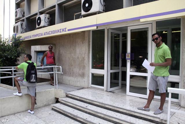 Egy nicosiai munkaügyi központ előtt. A görög válság erős hatással van a szigetország mindkét felén.