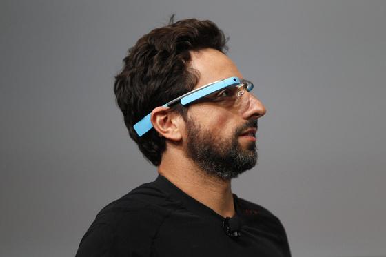 Bemutatkozik a Google virtuális szemüvege.