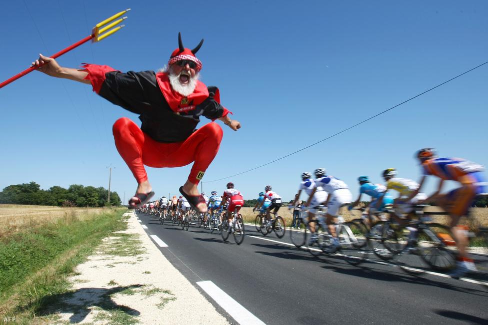 Az ördögjelmezes Didi Senft hozzánőtt a Tour de France-hoz, több mint tíz éve szakaszról szakaszra követi a bolyt.