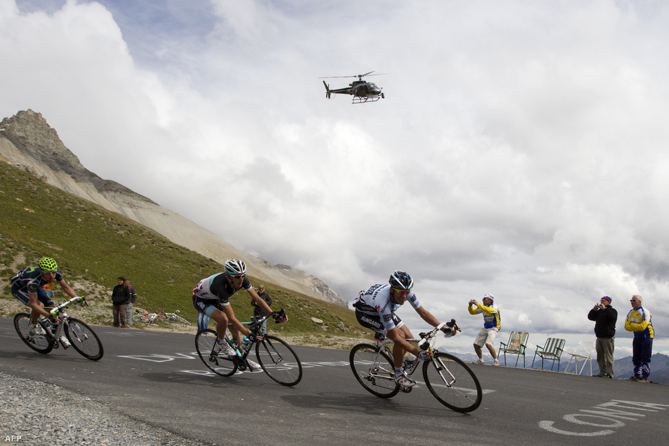 Alberto Contador, Andy Schleck és Rui Costa ereszkedik le a Galibier (2556 méter) csúcsról. A Tour minden évben átmegy az Alpok és a Pireneusok hegyein.