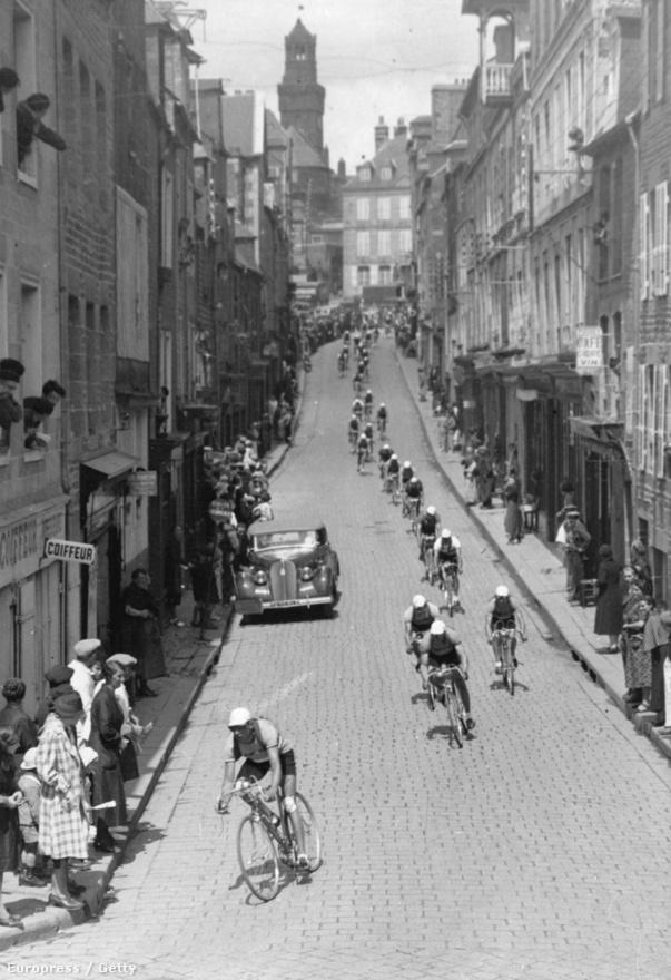 Ahogy ma is, úgy 80 évvel ezelőtt is az utcára tódultak a polgárok a verseny miatt. Megtiszteltetés, ha útjába ejt a Tour egy települést. A rajt és célvárosok még fizetnek is ezért.