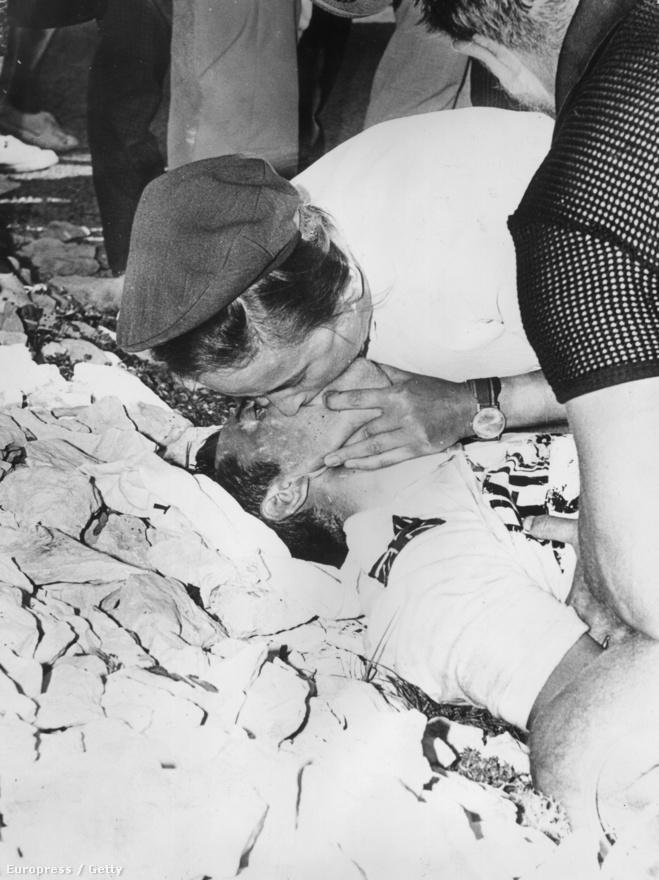 Tom Simpson a Tour tragikus halottja. A brit kerékpáros 1967-ben a Mount Ventoux-n lett rosszul, majd később elhunyt. A dopping egyik ikonikus áldozata lett. Szervezete kiszáradt a hőségben, de vérében amfetamint és alkoholt is találtak, zsebeiben ampullákat.