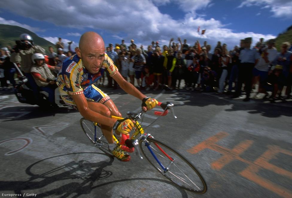 Az olasz Marco Pantani 1998-ban duplázni tudott, a Giro d' Italia után a Tour de France-t is megnyerte. A fotón az 1997-es szakaszgyőzelmekor készült.