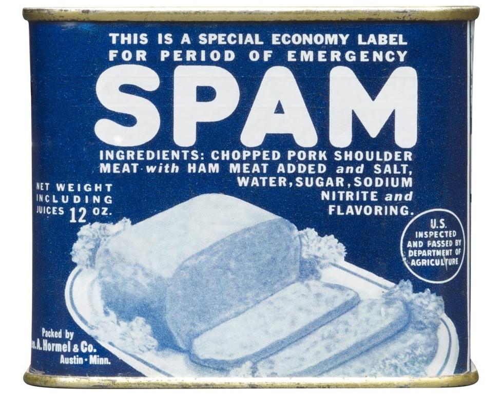 A háborús gazdálkodás körülményei között spórolni kellett a színes csomagolóanyaggal, ezért a negyvenes évek elején egyszerű kék papírcímkét kapott a Spam konzerv.