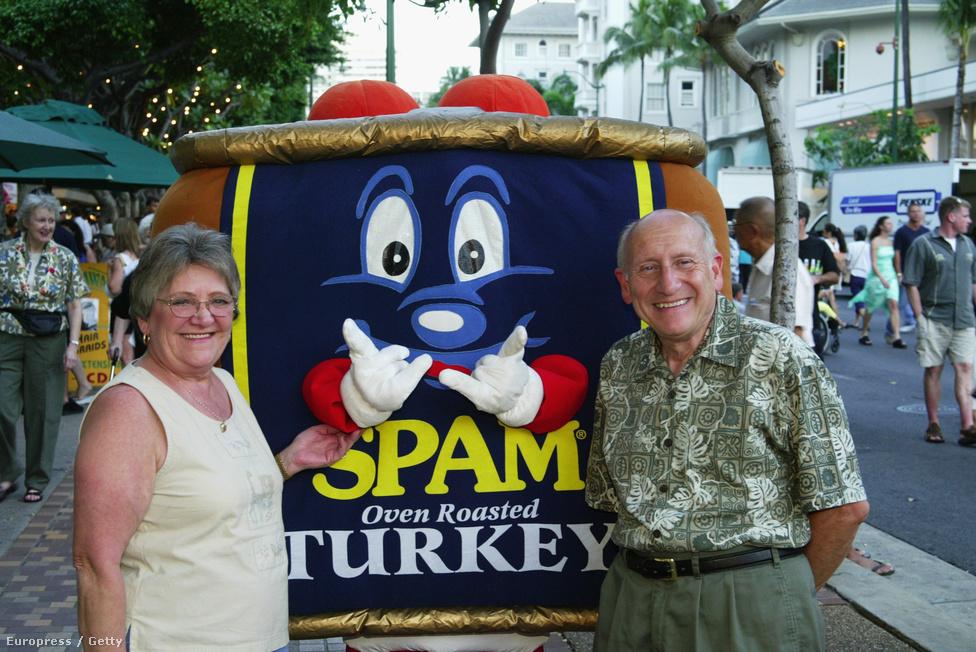 2003. Spam Jam, azaz löncshúsfesztivál Hawaii-on. A szigeten a háborús időkig visszanyúló hagyománya van a Spam-fogyasztásnak, a szegény helybéliek annak idején ugyanis nagy becsben tartották a számukra viszonylag drága húskonzervet.