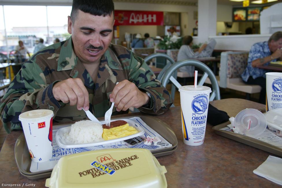 A wahiawai McDonald'sban löncshúsos reggelit fogyaszt Carlos Diaz tizedes. Hawaii-n annyira népszerű a Spam, hogy a helyi McDonald's kísérletből felvette étlapjára a Hormel gyár termékét.