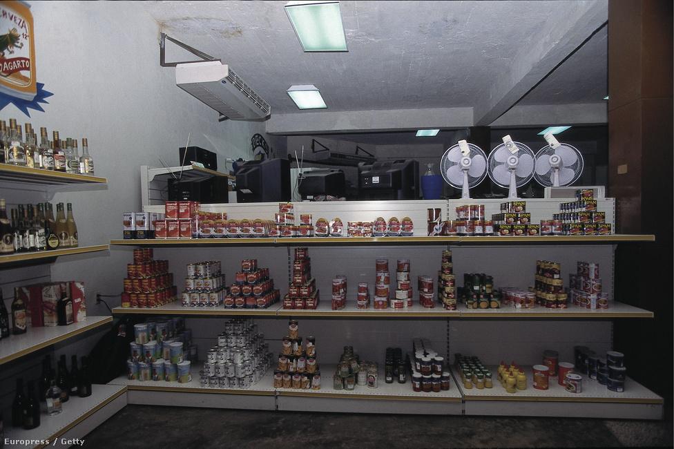 1995. Import árucikkeket kínáló dollárbolt Kubában, a polcokon vagdalthúskonzervek.