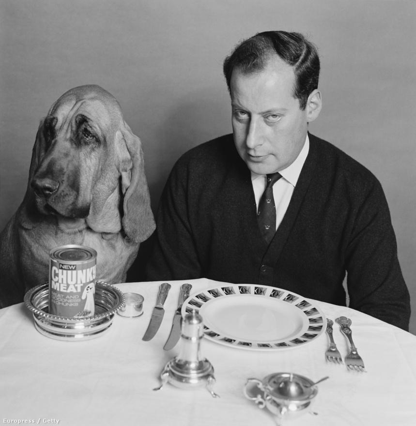 Clement Freud angol író, műsorvezető és kutyája. A véreb előtt egy New Chunky Meat kutyaeledeles konzerv, ami tulajdonképp löncshús a javából.