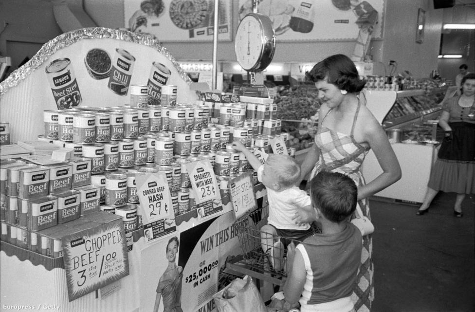 1955. Húskonzerves csemegebolt az arkansasi El Doradoban. A pulton többféle Armour márkájú löncshús látható, Mrs. W.R. Menefee és kisfia, Marc láthatóan a bőség zavarával küzdenek.