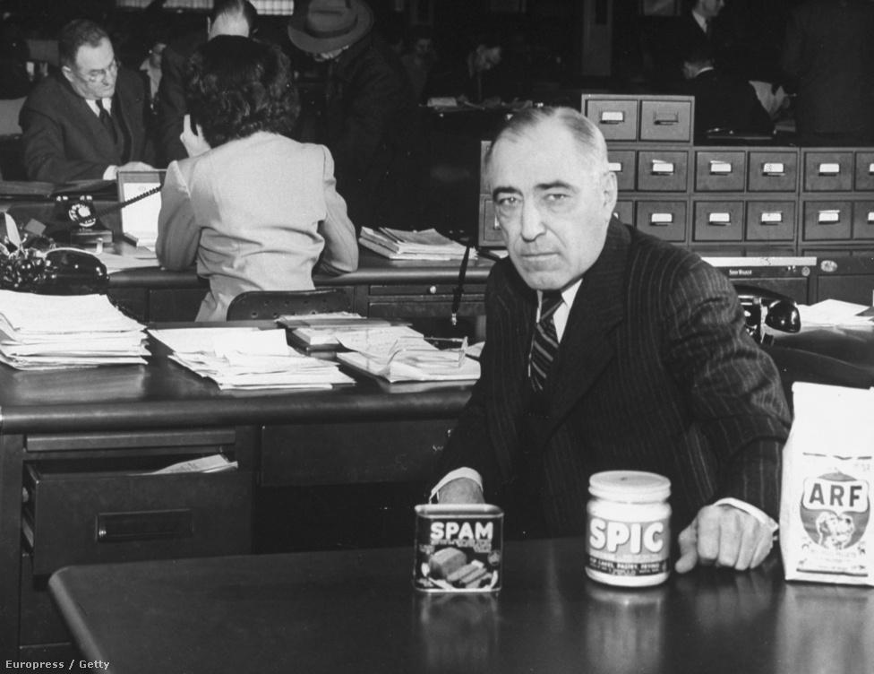 1946. Jay C. Hormel, az austini Hormel Foods húsipari cég alapítójának, George A. Hormelnek fia a cég könyvelői irodájában. George A. Hormel ebben az évben hunyt el, fia lett a cég igazgatótanácsának elnöke. Jay C. Hormel előtt az asztalon a cég világszerte ismert terméke, két kevésbé ismert produktum társaságában.