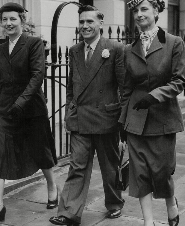 Raymon Mawby tory képviselő-társaival 1955-ben, Londonban.