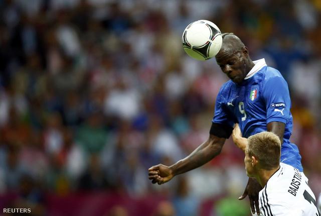 Balotelli éppen az első olasz gólt szerzi