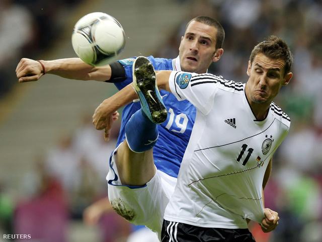 Most Klose sem segített, itt éppen Bonuccival harcol a labdáért