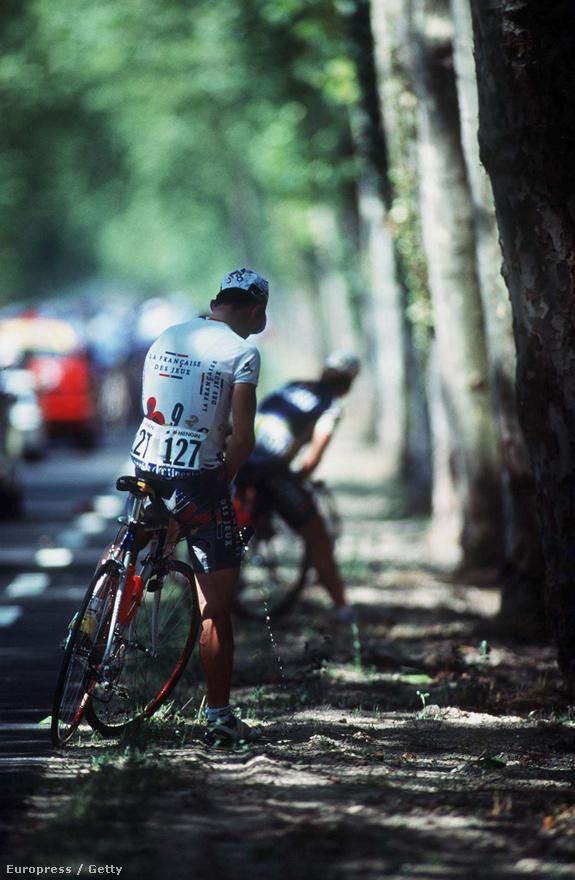 A természet még a kerékpárosoknak is megálljt parancsol, de olyat is látni, hogy gurulás közben, egymást tolva pisilnek a versenyzők. Elég valakinek elkezdeni a mezőnyben, mindenkire rájön az inger. Az íratlan szabályok szerint ilyenkor tilos elhúzni a bolytól.