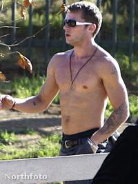 Ryan Phillippe félmeztelenül, kicsit szar minőségben