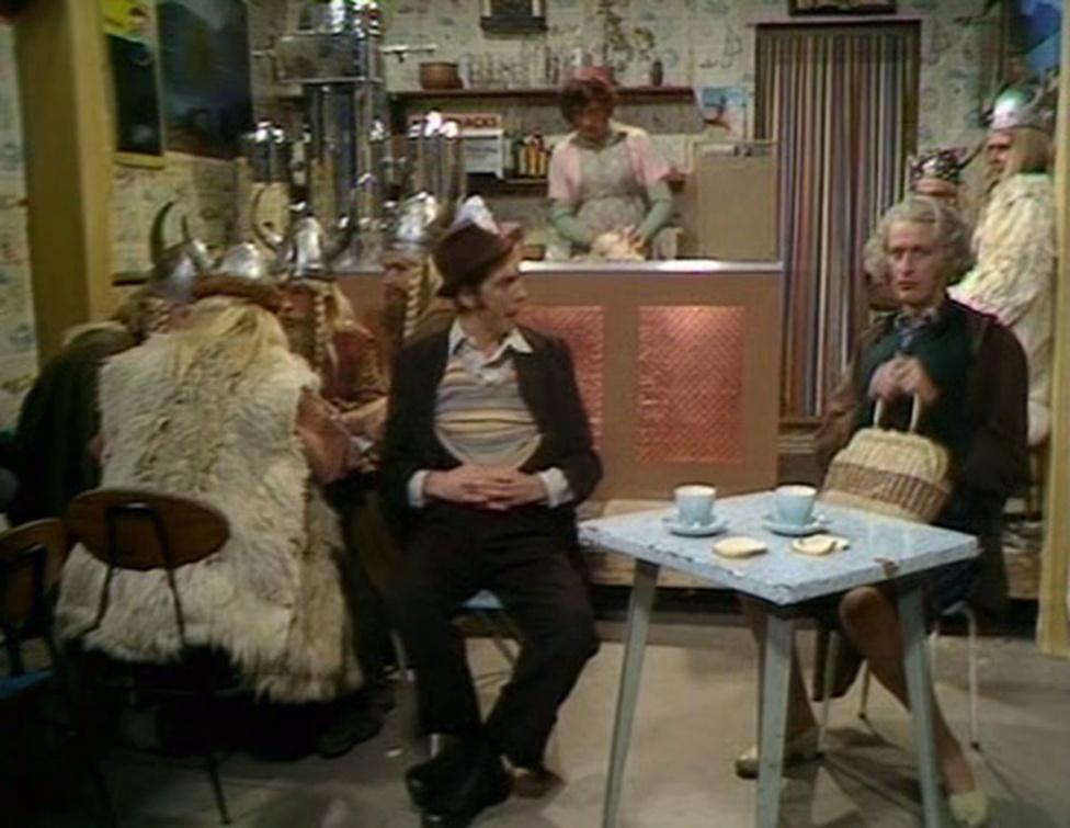 """A Monty Python Repülő Cirkusza című tévésorozat 25. részének végén leadott jelenet az egyik legnépszerűbb skeccse a csoportnak. A jelenetben egy kifőzdés kergeti az őrületbe két vendégét azzal, hogy az étlapon lévő ételek mindegyikében - még a legkifinomultabb gasztronómiai alkotásokban is - van egy kevés, de inkább sok Spam. Mindeközben az ott fogyasztó vikingek olykor dalban törnek ki, hogyaszongya: """"Spam, spam, spam, spam, spam ... spam, spam, spam, spam ... drága spam, csodás spam ..."""" A jelentben szerepet kap egy magyar turista is (John Cleese alakítja), de ennél többet nem mondhatunk, nézzék meg a 25. részt."""