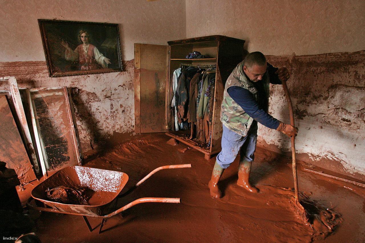 2010 október 5.Kilenc évig tartott a Mal Zrt. Ajka melletti katasztrófa után a felelősök megtalálása és elítélése. Decemberben letöltendő börtönre ítélte a bíróság a cég több vezetőjét, mert sorozatos szakmai hibák következményeként 2010. október 4-én az ajkai timföldgyár tározójának fala leomlott, a kiömlő erősen maró, lúgos vörösiszap elöntötte Kolontárt, Devecsert és Somlóvásárhelyt. Az iszap néhol két méter magasan hömpölygött, melléképületeket, kocsikat, kerítéseket, állatokat sodort el. Tizen meghaltak, kétszázan megsérültek, száz lakás lakhatatlan lett. Ez volt az évtized legsúlyosabb magyarországi katasztrófája.                                                   Az index cikke »