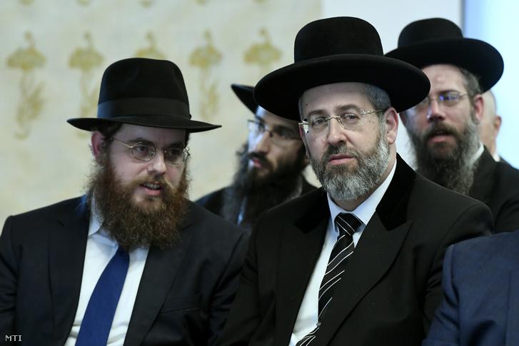 Köves Slomó (balra), az Egységes Magyarországi Izraelita Hitközség (EMIH) vezető rabbija és David Lau, Izrael askenázi főrabbija a kormány és az EMIH közötti átfogó megállapodás aláírásán Budapesten
