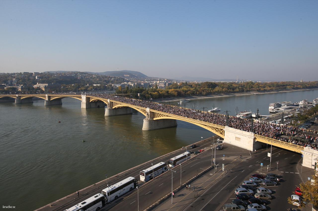 Adósrabszolgák legyünk, vagy szabadok, ez a kérdés, válasszatok!, ezzel indult el a harmadik Békemenet 2012. oktober 23.-án. A rendőrség szerint 150 ezren vettek részt ezen a felvonuláson, amely a Békementet szervező Civil Összefogás Fórum alapítóokirata szerint a Fidesz és különösképpen Orbán Viktor politikájának támogatására jött létre. A CÖF a magyar kormánypárt első számú civil egyesülete, amit közvetlenül milliókkal is támogat. És közvetve is. Cöfösnek lenni nagyon jó üzlet, 2016-ban az állami Magyar Villamos Művek több mint félmilliárd forinttal támogatta a fideszes egyesületet. Cserébe állandó hangadói, ha a kormány intézkedéseit valakinek lelkesen helyeselnie kell.