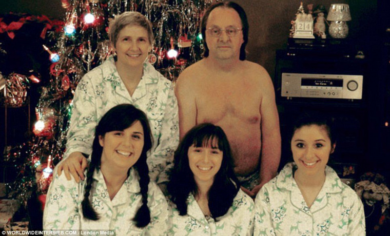 Nem tudom, mi ijesztőbb, az, hogy a család összes nőtagja ugyanolyan holmit visel, vagy a félmeztelen apa
