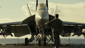 Tom Cruise még mindig jól néz ki talpig vadászgépben