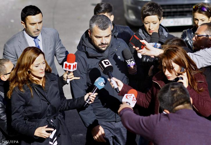 Costin Mincu a bukaresti Colectiv klub egyik tulajdonosa (k) érkezik a legfőbb ügyészségre 2015. november 2-án