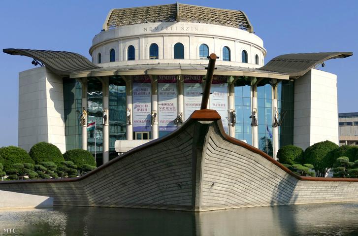 A Nemzeti Színház hajóra emlékeztetõ modern épülete a Duna-parton a IX. kerületi Bajor Gizi park 1-ben.