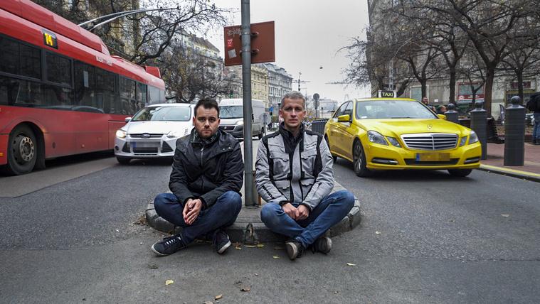 Totális káosz: egy utcában a budapesti közlekedés minden baja